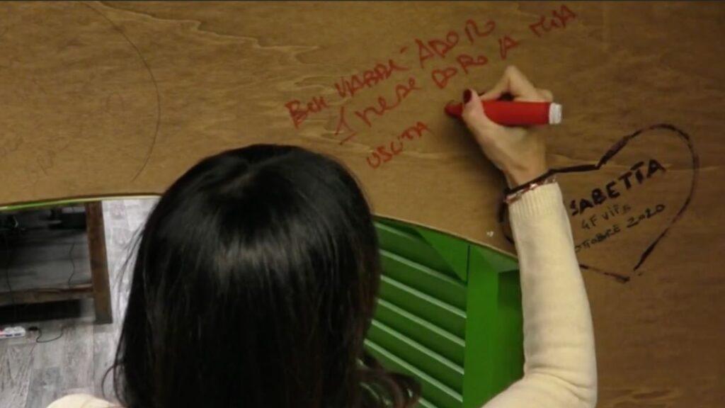 """Elisabetta Gregoraci scrive """"beh vabbè adoro"""" sul muro del cucurio al Grande fratello Vip"""