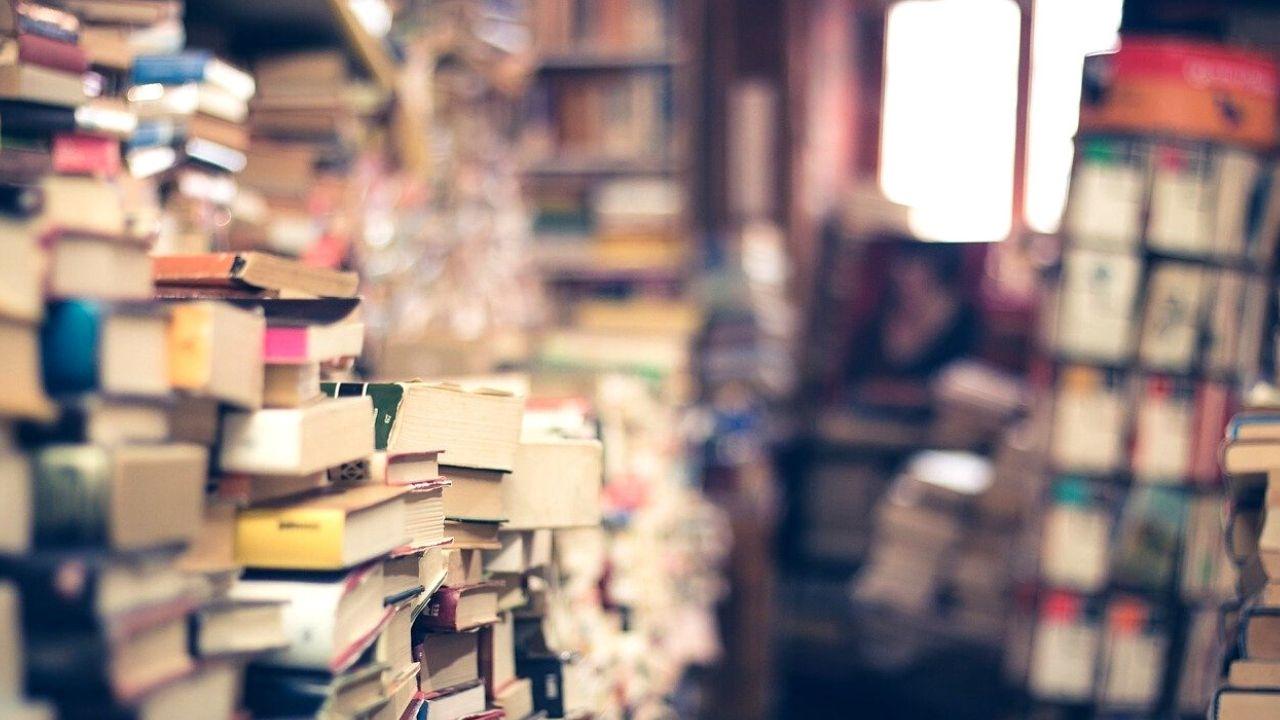 Accumulare libri senza mai leggerli: che cos'è il tsundoku, l'arte di accatastare per poi lasciar perdere