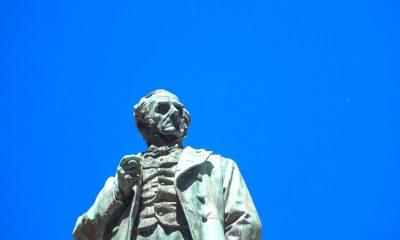 Alessandro Manzoni, statua a Milano
