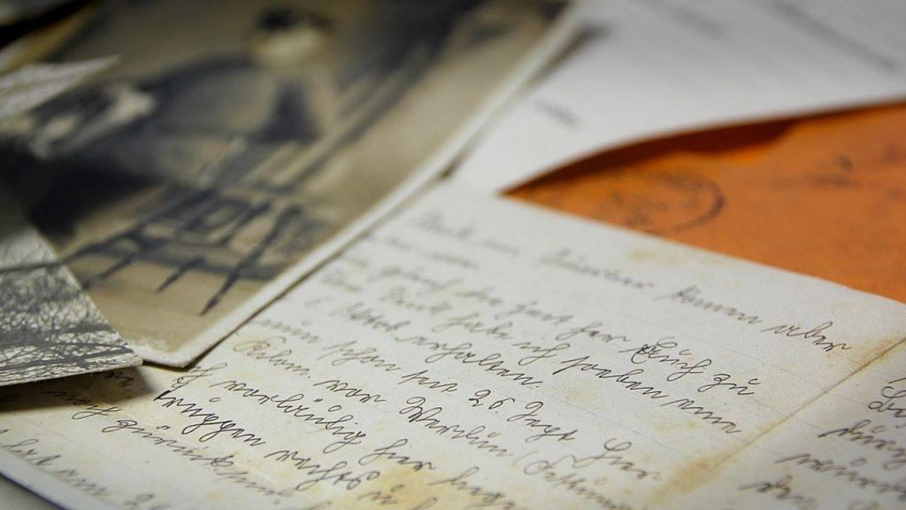 una lettera scritta e una fotografia su un tavolo